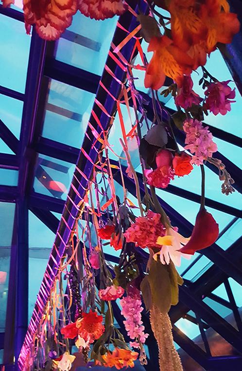 Decoración temática para un evento privado Barcelona hotel Miramar Azulete estilo étnico árabe hindú flores colgadas chillout decoración eventos La Tarara